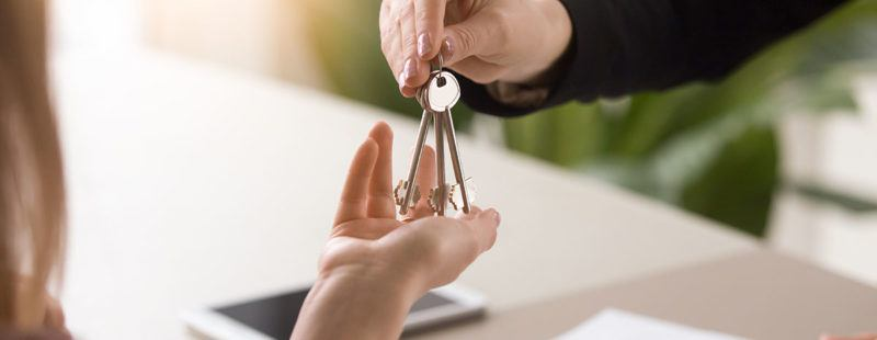 Expert advice on choosing a good letting agent - Image of someone getting keys to a house